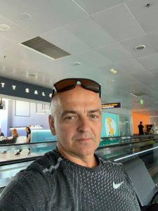 Шабаркін Олег закінчив факультет іноземних мов в 1989 році