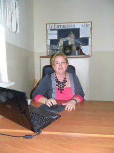 Олена Кушнир (Донцова ) закінчила факультет іноземних мов в 1987 році